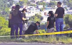 ??  ?? En investigación. Autoridades indagan sobre un hombre que fue encontrado sobre la carretera, asesinado con arma blanca.
