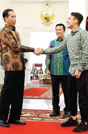 ?? RAKA DENNY/JAWA POS ?? APRESIASI: Presiden Jokowi bersalaman dengan Egy Maulana Vikri disaksikan Menpora Imam Nahrawi di Istana Merdeka, Jakarta, kemarin.