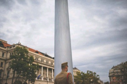 ?? MICHAEL ROBINSON CHAVEZ/THE WASHINGTON POST ?? A soldier stands in Hungary, where Prime Minister Viktor Orban is considered the architect of the area's new autocratic model.