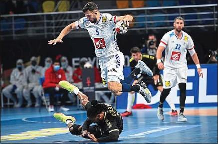 ??  ?? Bien emmenés par Nedim Remili (photo), les handballeurs français se sont qualifiés pour les quarts de finale du Mondial égyptien, grâce à leur victoire contre le Portugal 32 à 23, dimanche soir, lors de leur dernier match du tour principal. Pour une place dans le dernier carré de la compétition, les joueurs de Guillaume Gille affronteront l'Espagne, championne en titre, ou la Hongrie, mercredi.