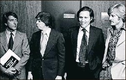 ?? RON GALELLA / GETTY ?? Dustin Hoffman y Robert Redford flanquean a Carl Bernstein y Bob Woodward, en el estreno de Todos los hombres del presidente (1976); a la izquierda, imagen promocional