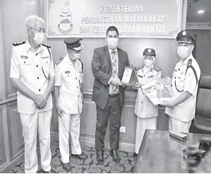 ??  ?? CENDERA KENANGAN: Nanih (dua dari kanan) menyampaikan cendera kenangan dan portfolio BSMM Putatan kepada Ir Shahelmey.