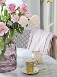??  ?? Auf passende Details kommt es an. Blumen mit weißen und roséfarbenen Blüten auf dem Marmortisch harmonieren perfekt mit der Einrichtung.