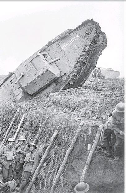 ??  ?? Stridsvognen Hyacinth (Male H 45) under kommando av løytnant F.H. Jackson. Vognen har kjørt seg fast i en av støtteskyttergravene i Hindenburglinjen den 20. november 1917.