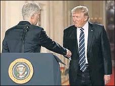 ?? KEVIN LAMARQUE / REUTERS ?? Ya se ve que los tres tienen el brazo derecho estirado, mientras que el presidente tiene el suyo pegado al cuerpo, señal inequívoca de que está tirando de ellos. De izquierda a derecha, con el fiscal general Jeff Sessions y esposa, con el secretario de...