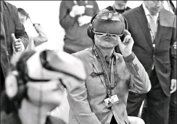 ?? — AFP photo ?? South Korean President Moon Jae-In (centre) wears a virtual reality (VR) headset during the Busan International Film Festival.