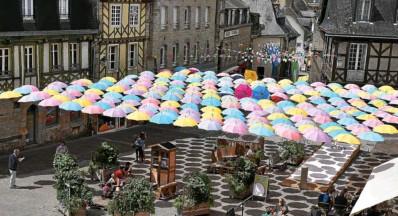 ?? Photo Y.L.S. ?? En l'espace de quelques semaines, les parapluies aux couleurs vives ont perdu de leur superbe.Alors que l'on n'est encore qu'au milieu de la saison, les pébrocs sont de plus en plus pâles. Surtout sur leur dessus. « C'est normal, l'oeuvre se veut évolutive », répond, par une pirouette, Georges-Yves Guillot, conseiller municipal, qui ne manque jamais d'humour. Les mauvais esprits attendent, avec impatience, la fin du mois d'août…