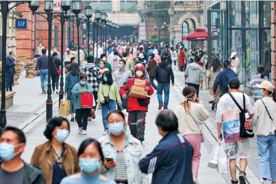 ??  ?? 4月5日清明假期,一位京东配送员走在武汉街头。