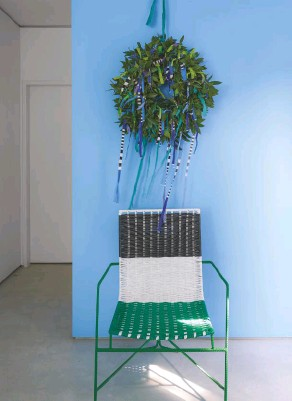 ??  ?? WREATH A handmade decoration sets the festive scene in this lively home. Bespoke eucalyptus and ribbon wreath by Juliet Glaves for Designers Guild. Wall in Cornish Ware, Designers Guild. Market limited edition chair, Marni
