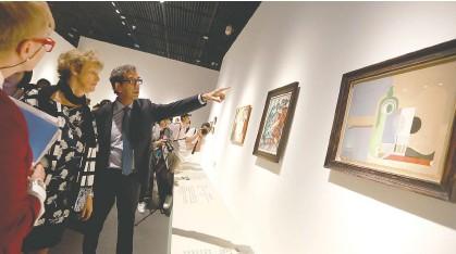 ??  ?? 外国嘉宾此前参观成都博物院举行的首场专业国际艺术大展每经记者 张建 摄