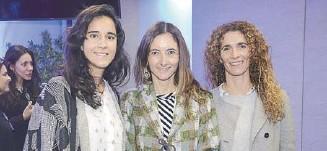 ??  ?? Las empresarias María Gracia Caballero (izquierda) y Michelle Solé (derecha), junto a la cofundadora de Chile Mujeres, Verónica Campino (al centro).