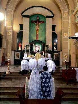?? MARICAR P. CINCO ?? COUPLE Pepe and Jennifer Alas tied the knot in a rare, ancient Rite of Toledo, followed by a TridentineMass.