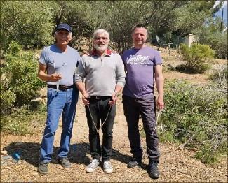 ?? (DR) ?? Michel Hennique (à gauche), le sourcier, avec Nicolas Pagnol (au centre), sur les terres de Marcel dans les Bouches-du-rhône : de l'eau ?