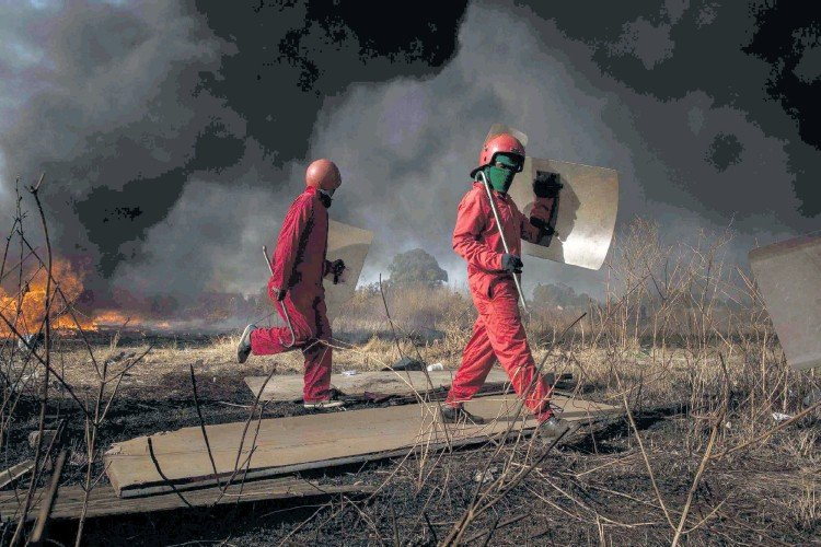 ?? Picture: © James Oatway ?? WINTER IS COMING Red Ants evict residents and destroy an informal settlement near Pomona on Gauteng's East Rand towards the middle of last year.