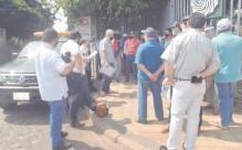 ??  ?? Comerciantes de Ayolas, en manifestación frente a la sede de la EBY, piden recursos para reactivar la economía local.
