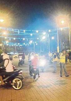??  ?? ANTARA invidiu yang ditahan untuk diperiksa dalam Ops Cegah Samseng Jalanan di Dataran MBI, semalam.