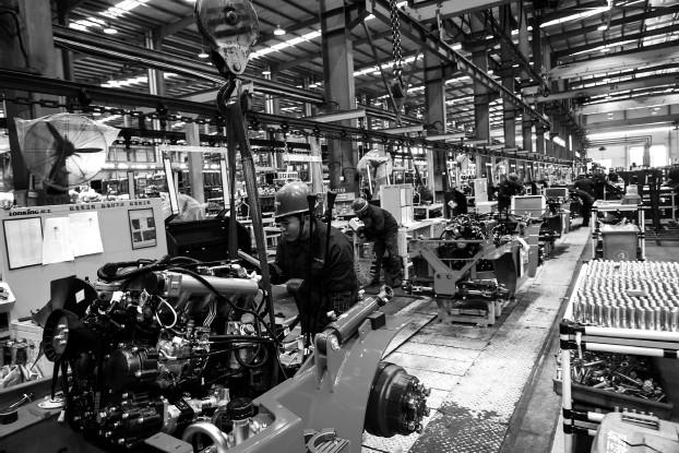 ??  ?? 面对各种原材料上涨,一些企业开始把当前的压力化作动力,加快创新转型步伐,通过增加高附加值产品来化解高企的成本,为企业走出困境找到出路 新华社图