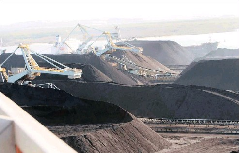 ?? MBOKAZi PHOTO: SIMPHIWE ?? Richards Bay coal terminal. The transition from coal as an energy source is inevitable, says the writer.