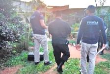 ??  ?? Policías verifican el lugar donde mataron a joven profesional.