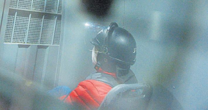 ?? MARIO QUINTEROS. ?? Desde un móvil del Servicio Penitenciario. Lázaro Báez intenta sin éxito, a principios de mes, ingresar al country Ayres de Pilar por una protesta de los vecinos.