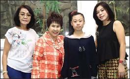 ?? DIKA KAWENGIAN/JAWA POS ?? TIGA GENERASI: Marlupi Sijangga (dua dari kiri) bersama Dewi Hermani (kiri), Jenny Kurniawati (kanan), dan Jessica Eldora. Ketiganya belajar balet dari Marlupi.