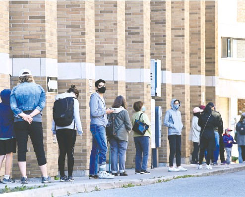 ?? NATHAN denette/ THE CANADIAN PRESS ?? People line up at a COVID assessment centre in Toronto on Friday. Experts say as anxieties spike with factors like children returning to school and a general rise in case counts, existing testing systems will be swamped by delays.