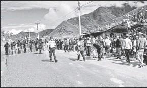 ?? Policía ?? • Los agentes de la Policía Nacional evitaron el paso de supuestos buscadores de oro que intentaban ingresar a las minas de La Merced.
