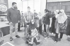 ??  ?? KERUSI RODA: Shahelmy (dua kiri) menyampaikan sumbangan kerusi roda kepada lima golongan yang memerlukan.