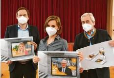 ?? Foto: Bernhard Weizenegger ?? Landrat Hans Reichhart, Pressesprecherin Jenny Schack und der ehemalige Chefarzt Gerhard Richter (von links) präsentierten im Rahmen einer Pressekonferenz Plakat‰ muster der Kampagne für die Impfung.