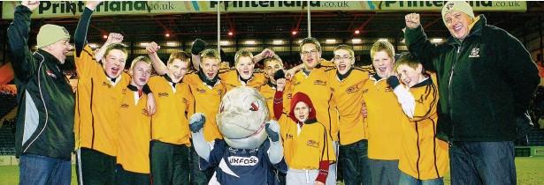 ?? Graham Moore-Grundy ?? Children from Burnage Barracudas Academy visit Sale Sharks