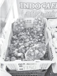 ??  ?? MAHAL: Bawang merah yang dijual dua kali ganda harga sebelumnya di premis runcit dan pasar raya di Kuching.