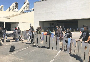 ?? Hillary Ronen ?? Activists gather outside the San Diego Convention Center, where 1,450 migrant children are being held in a federal shelter after being transferred from overflowing Texas border facilities.