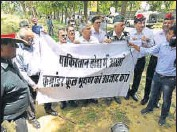 ?? VIPIN KUMAR/HT PHOTO ?? Exservicemen protest outside Pakistan High Commission in New Delhi on Wednesday.