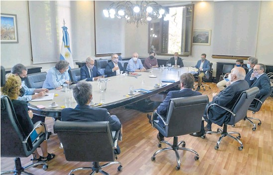 ?? Bernardino Avila ?? El ministro de Agricultura, Ganadería y Pesca de la Nación, Luis Basterra, con la mesa intersectorial del maíz.