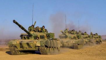?? (© China MoD/Zhu Bin) ?? Photo ci-dessus : Des chars de bataille de l'Armée populaire de libération (APL) participent à des manoeuvres, du 24 au 25 septembre 2019. Si l'APL peut s'appuyer sur ses effectifs importants (c'est la première armée au monde en effectifs, avec plus de deux millions d'hommes) et un armement dont la modernisation progresse incontestablement, l'un de ses principaux points faibles reste son manque d'expérience réelle du combat.