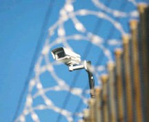 ?? JOHN MOORE/GETTY IMAGES ?? A U.S. surveillan­ce camera monitors the internatio­nal bridge between Mexico and the United States in Hidalgo, Tex.