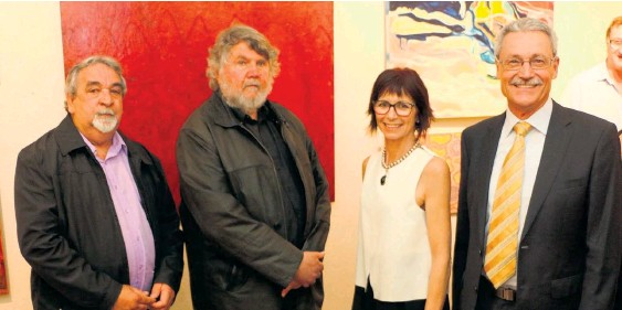 ?? Picture: Louise Allingham ?? Last year's Cossack Art Awards judges Laurie Nilsen and Sasha Grishin Am with winner Mary-Lynne Stratton and Mayor Peter Long.