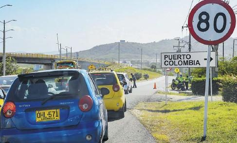 ?? JOHNNY OLIVARES Y JOSEFINA VILLARREAL ?? Los afectados por la falta del servicio cerraron una de las entradas al municipio por la Vía al Mar.