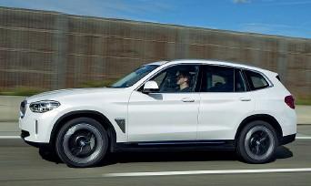 ??  ?? La nuova Bmw iX3: i cerchi carenati sono stati studiati per offrire meno resistenza aerodinamica. Pare che consentano di aggiungere 10 km di autonomia in più alla vettura