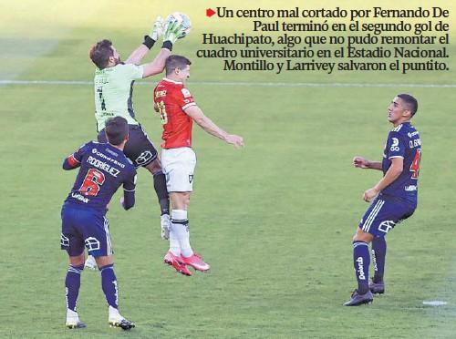 ??  ?? UN CENTRO aparentemente inofensivo terminó con la equivocación del arquero Tuto De Paul y el gol de Cris Martínez. Luego Joaquín Larrivey igualó 2-2 antes del término del primer tiempo.