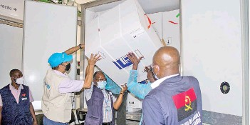 ?? — AFP photo ?? Health professionals from Angola and Unicef unload the first batch of Oxford/AstraZeneca vaccines at the Central Vaccine depot, where they will be stored in Luanda.