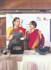 ??  ?? Chef hats on Padmashri Shanmugaraj, Viji Varadarajan using the OPOS cooker