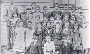 ?? PHOTO: Myrtleford & District Historical Society Inc. Photograph Collection ?? WATERLOO (BARWIDGEE CREEK) STATE SCHOOL, 1904: Pupils of School No.1577 assemble for an early photo in the school's twentieth year.