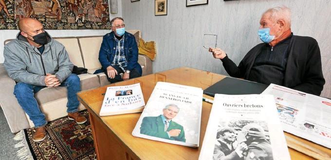 ?? François Destoc/Le Télégramme ?? Le Télégramme a réuni Maël Le Goff, leader CGT de la Fonderie de Bretagne, Gérard Perron, maire communiste d'Hennebont de 1997 à 2014, et Eugène Crépeau, maire communiste d'Hennebont de 1959 à 1979. Tous ont un lien avec les Forges d'Inzinzac-Lochrist.