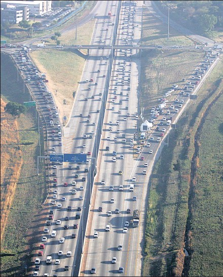 ?? PICTURE: STEVE L AWRENCE ?? RIGHT LANE: Allandale on and offramps… high occupancy on the N1 between Rooihuiskraal and St Andrews offramps on the N1 between Joburg and Pretoria. The lanes came into use to get motorists to form lift clubs and alleviate congestion.