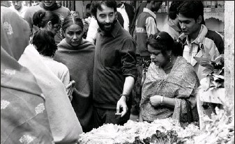 ??  ?? Cooking With Stella stars Don McKellar, centre, as a Canadian in India who learns cooking tips from his family's cook, Stella, played by Seema Biswas, centre left