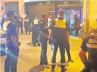 ?? // ABC ?? Agentes de la Policía Local desalojan uno de los establecimientos