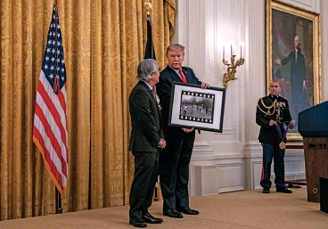 """??  ?? HONOR BOUND Ut, with Donald Trump at the White House medal ceremony, where the president showed off his signed copy of the photographer's iconic """"Napalm Girl"""" picture."""