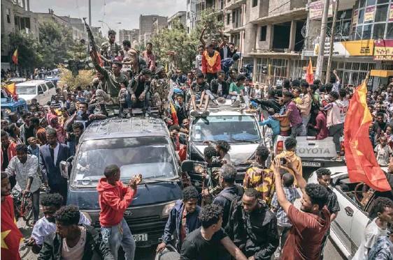 ??  ?? Bojovníci TDF, milice sesazené regionální vlády v severoetiopské Tigraji, obsadili hlavní město regionu Mekelle, odkud se naopak stáhla etiopská armáda. Jedná se o zásadní porážku premiéra Abiyi Ahmeda, jenž ozbrojený konflikt na podzim vyhrotil s příslibem krátké operace na obnovu pořádku. Následovala však guerillová válka a prozatím úspěch milice podporované tigrajskými civilisty. Etiopská vláda nyní vyhlásila jednostranný klid zbraní, podle kritiků – a tímto směrem míří i oficiální prohlášení EU – se ovšem jedná spíše o obléhání Tigraje. Byla přerušena dodávka elektřiny, telekomunikace a podle OSN provládní síly nadále blokují dodávky humanitární pomoci do regionu, kde 400 tisíc lidí přežívá na hranici hladomoru.