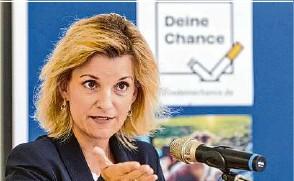 ?? Foto: Annette Riedl/dpa ?? Daniela Ludwig (CSU), Drogenbeauftragte der Bundesregierung, besucht das Vivantes Klinikum Neukölln, das erneut ausgezeichnet worden ist.
